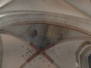 Sun and moon on the ceiling. 27 other plant-like figure are depicted too (length of the moon-month). Looks like the (partly lost) depiction of a calendar.